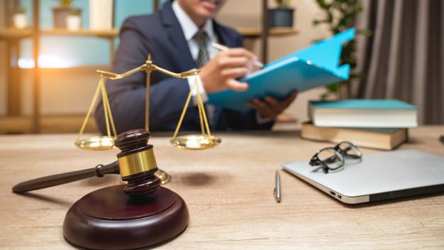 abogados-justicia-tienen-reunion-equipo-despacho-abogados_35048-2006